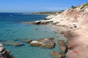 La spiaggia del Lucchese , é una spiaggia molto particolare, caratterizzata da splendide rocce levigate e d una piccola spiaggia  bianchissima.